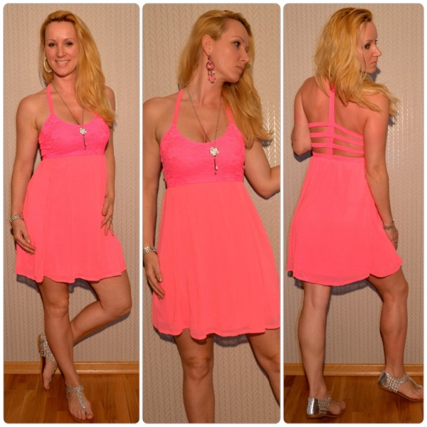 Kurzes Sommerkleid mit ausgefallenem Ausschnitt PINK