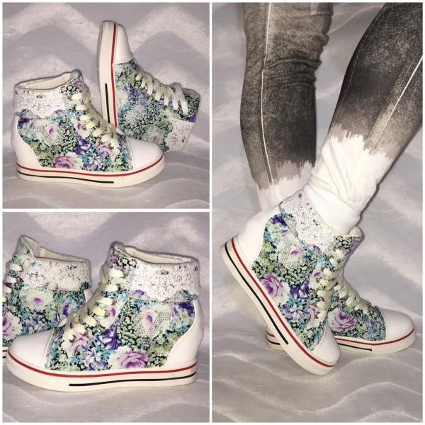 Leicht erhöhte Keil Sneakers mit Blumen print & Spitzenkragen