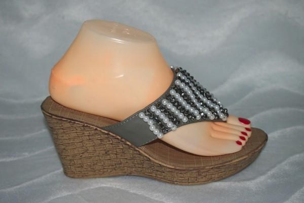 Keil Flip Flops mit Perlen Grau